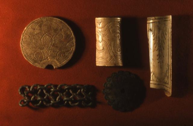 Stuer, Wasserburg, Haushaltgegenstände, u.a. Besteckgriffdetails, Bronzekette, Foto Archiv S.Weckwerth