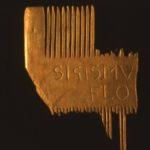 Stuer, Wasserburg, Fund (1980er Jahre): Kamm, Horn mit FLOTOW- Schriftzug, Foto: Archiv S. Weckwerth