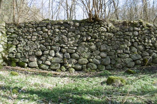 Sruer,Eisvogeltal Fundament- und Kellerrreste der nach 1866 errichteten Mühle, Foto Doese 2020