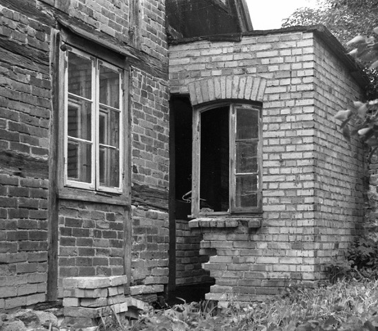 Rückbau eines Ost-Anbaus, Stuer-Winkel, 1983, Wohn-Stall-Haus eines Erbpachtbauern von 1832 in Stuer/ Mecklenburg