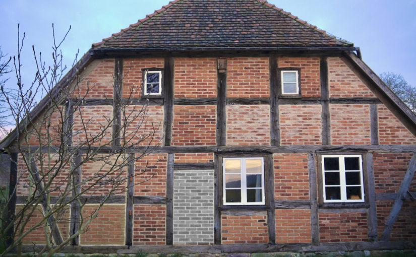Wohn-Stall-Haus eines Erbpachtbauern von 1832 in Stuer/ Mecklenburg, Ost-Giebel, nach Rekonstruktion, ursprünglicher Altenteileingang markiert