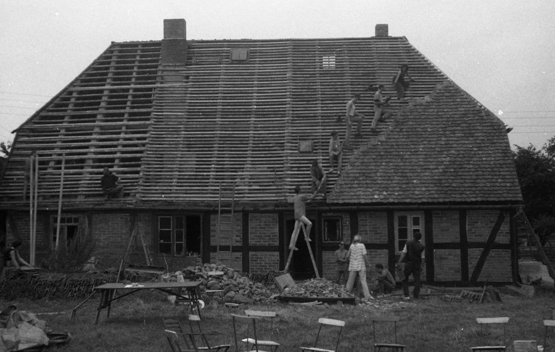 Verlatten und Decken des Daches mit Biberschwanzziegeln, Wohn-Stall-Haus eines Erbpachtbauern von 1832 in Stuer/ Mecklenburg