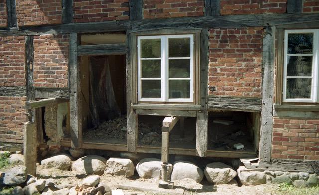 Ersatz der Schwelle auf der Ostseite, Wohn-Stall-Haus eines Erbpachtbauern von 1832 in Stuer/ Mecklenburg,