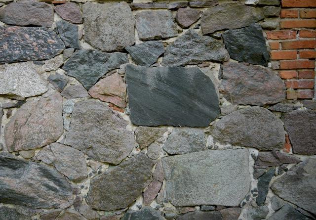 Gebäudewand aus gespaltenen Feldsteinen, Stuer, Foto: Doese