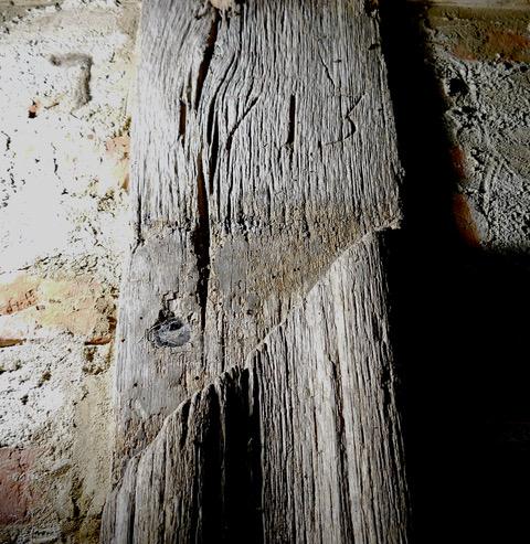 Zweitverwendeter Stiel/ Türpfosten mit der barocken Profilierung einer ehemaligen Türfasche, Wohn-Stall-Haus eines Erbpachtbauern von 1832 in Stuer/ Mecklenburg