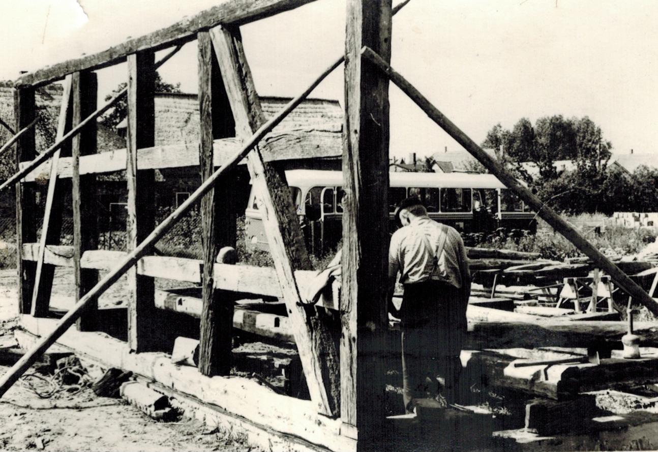 Fachwerkwand während des Richtens, Klockenhagen, Freilichtmuseum, 1980, Foto: Doese