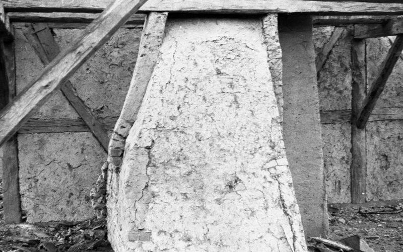 Schornstein/ Glocke im demontierten ehemaligen Fachwerkhaus in Stuer, 1987