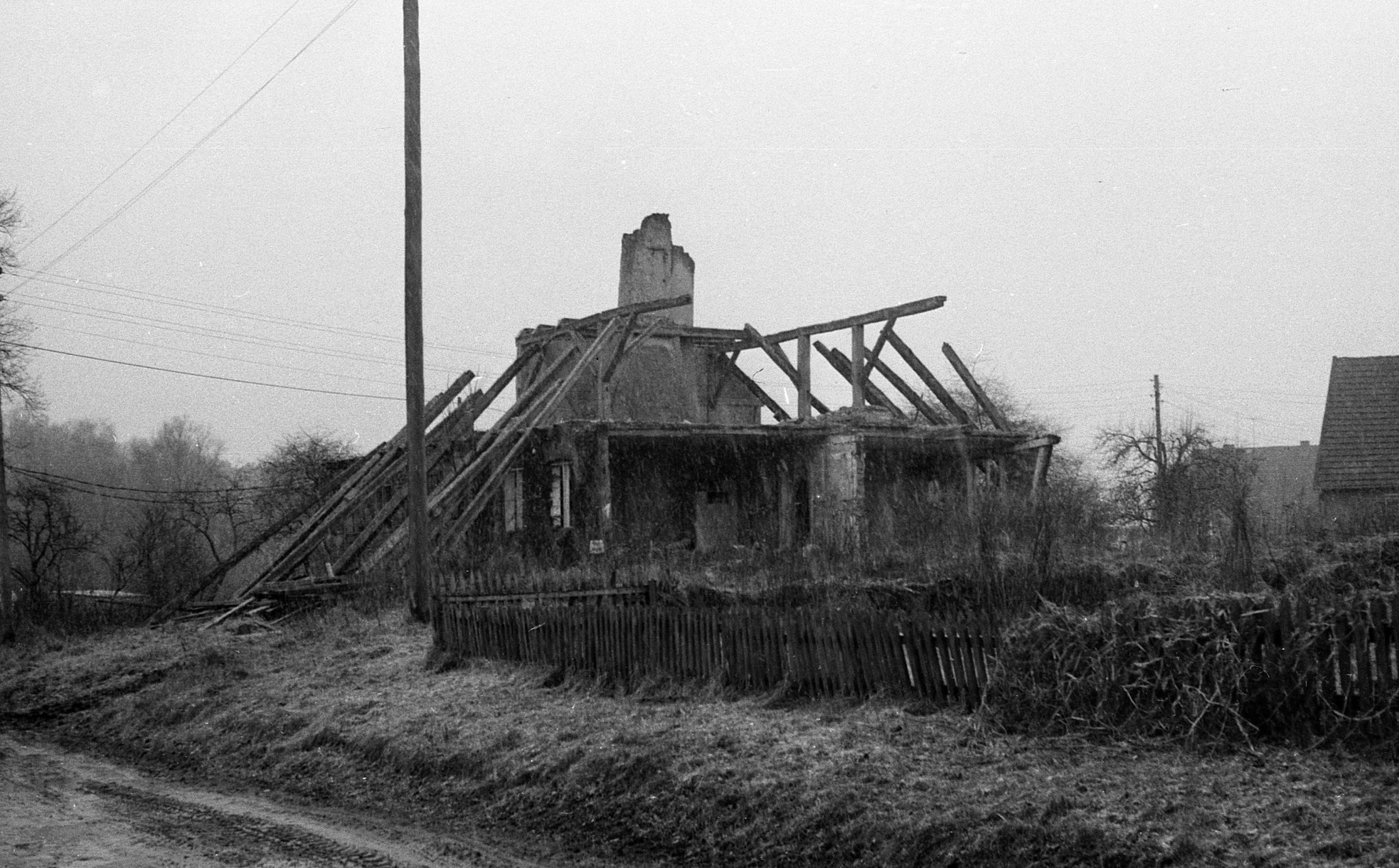 Rückbau des aufgegebenen Fachwerkgebäudes im Dorf Stuer, 1987